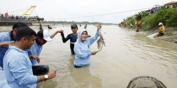 Bedol Pamarayan, Tatu-Pandji Ikut Berbaur Tangkap Ikan dengan Warga