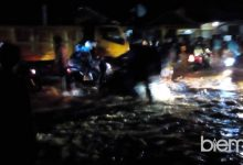 Photo of Banjir Landa Baros, Tiga Mobil Terjebak Arus Deras