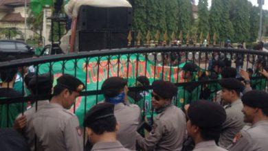 Photo of Di-PHK, Ratusan Buruh di Cilegon Unjuk Rasa