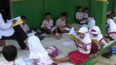 Photo of Ruang Kelas Kurang, Siswa SDN Sukamaju Belajar di Lantai