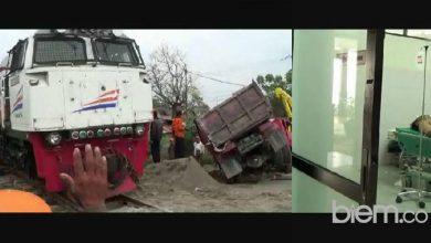 Photo of Tak Indahkan Peringatan Warga, Truk Pengangkut Pasir Tertabrak Kereta Api