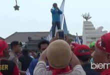 Photo of Tolak RPP Pengupahan, Ribuan Buruh Demo di Kantor Bupati Serang