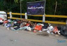 Photo of Keluhkan Sampah dan Bau Busuk di Jembatan Singandaru, Warga Cikulur Layangkan Surat Terbuka