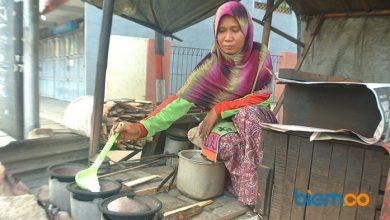Photo of Tarsini, 2 Tahun Hidupi Keluarga dengan Jual Serabi di Perantauan