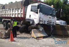 Photo of Mengantuk, Dump Truk Tabrak Median Jalan
