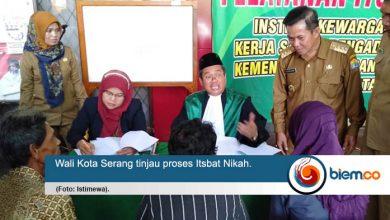 Sebanyak 60 pasangan suami istri (pasutri) di Kota Serang mengikuti Itsbat Nikah Terpadu yang dilaksanakan di halaman kantor Dinas Kependudukan dan Catatan Sipil (Disdukcapil) Kota Serang,