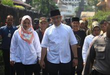 Photo of Kompak Berpakaian Putih, Wagub Andika Bersama Istri menuju TPS dengan Berjalan Kaki