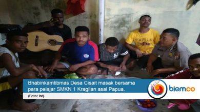 Bhabinkamtibmas Desa Cisait Ajak Pelajar Asal Papua Masak Bersama