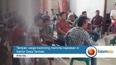 Photo of Warga Kampung Kedinding Geruduk Kantor Desa Tambak