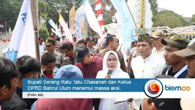 Photo of Bupati Serang Hadapi Demonstran, Jawab Semua Tuntutan