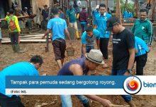 Photo of Tingkatkan Semangat Gotong Royong, DPK KNPI Cimanggu Lakukan Kegiatan Bedah Rumah