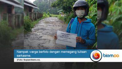 Photo of Jalan di Wilayahnya Rusak Parah, Seorang Warga: Cukup Hati Ini Hancur, Jalan Jangan Hancur