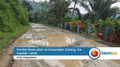 Photo of Belasan Tahun Tak Dibangun, Warga Kecamatan Sobang Keluhkan Jalan Rusak