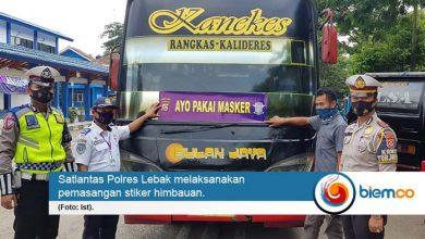 Photo of Polres Lebak Pasang Stiker Imbauan 'Ayo Pakai Masker' di Angkutan Umum