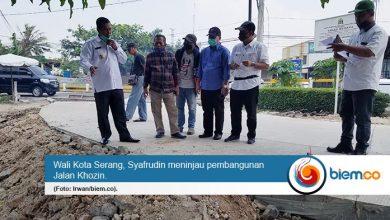 Photo of Dapat Keluhan Tingginya Beton di Jalan Khozin, Syafrudin Instruksikan DPU Landaikan Bahu Jalan